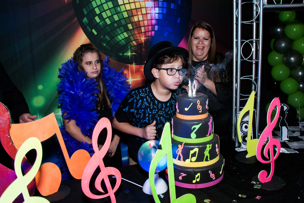 O Felipe sopra a vela do bolo