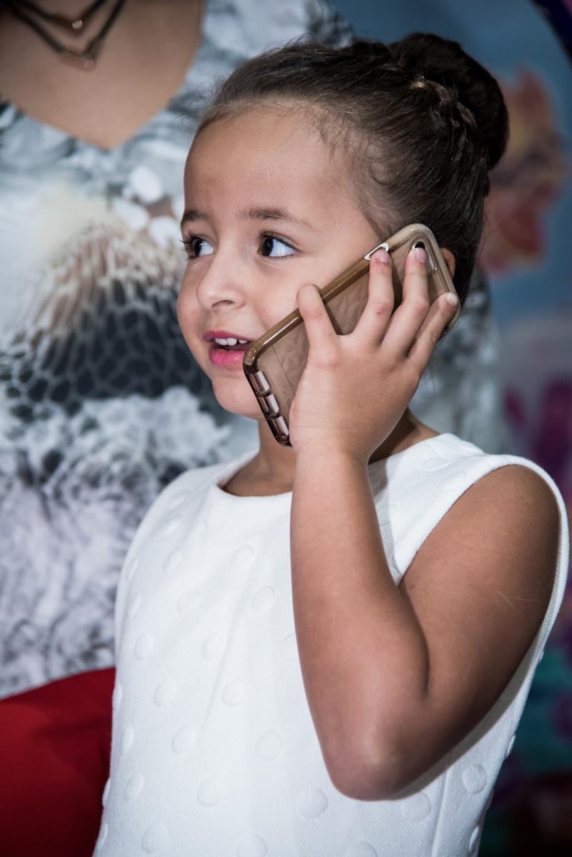 atendendo telefone na hora da festa