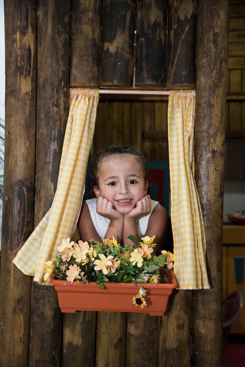 foto na janela da casa de bonecas
