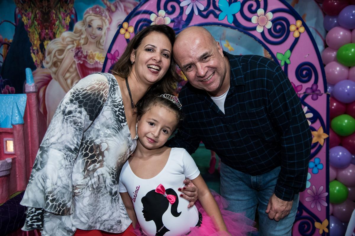 vestida de bailarina faz foto com os pais