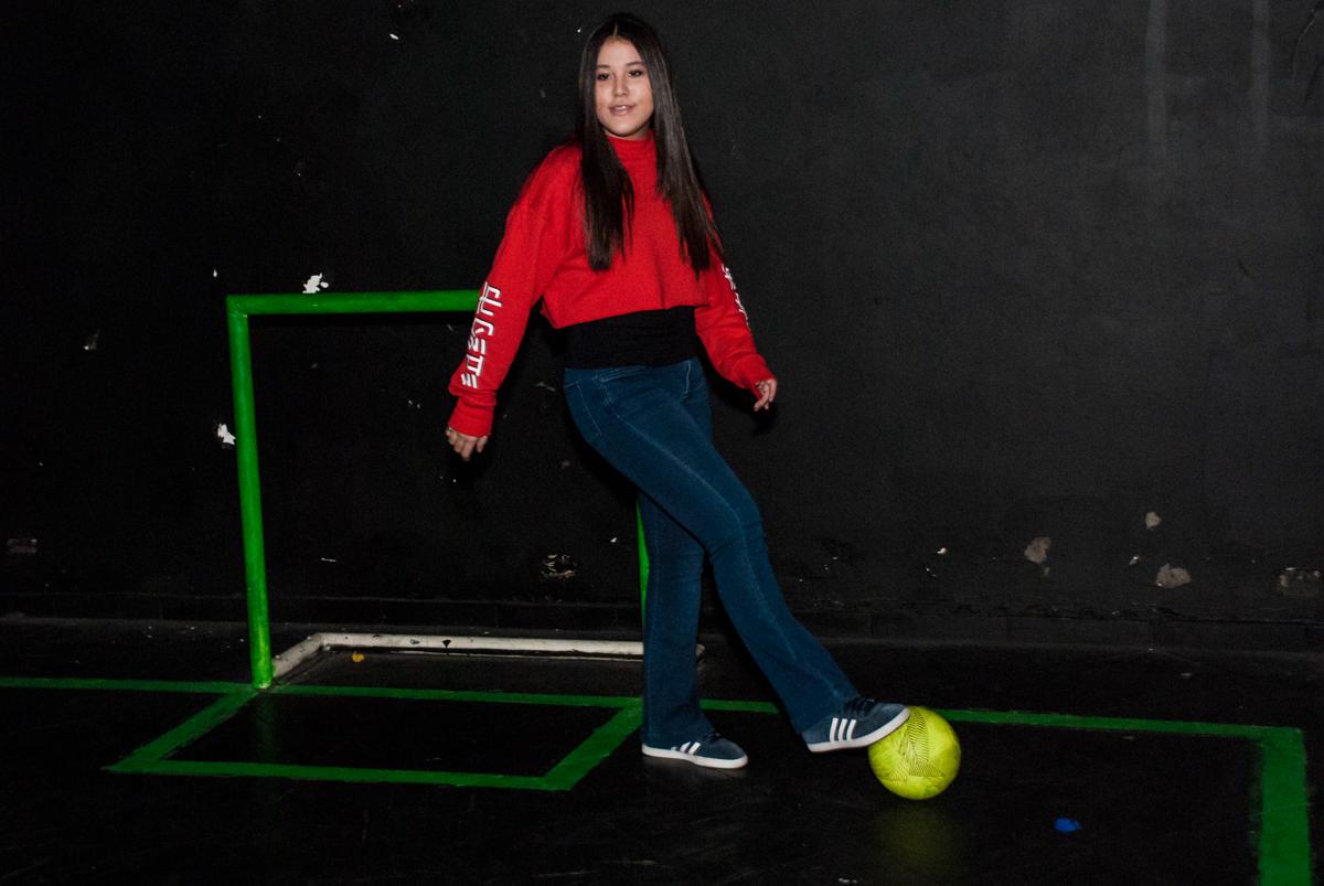 jogando futebol no escuro com oi rmão