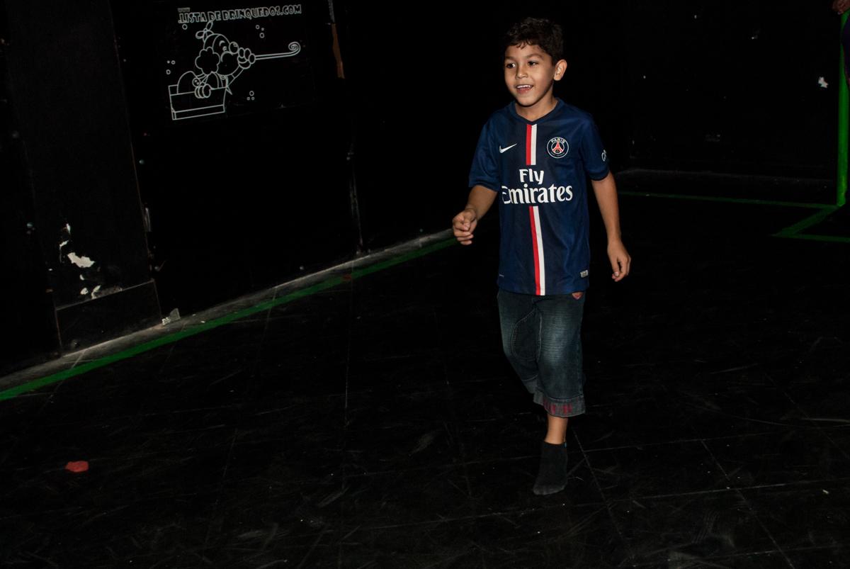 O aniversariante jogando futebol no escuro