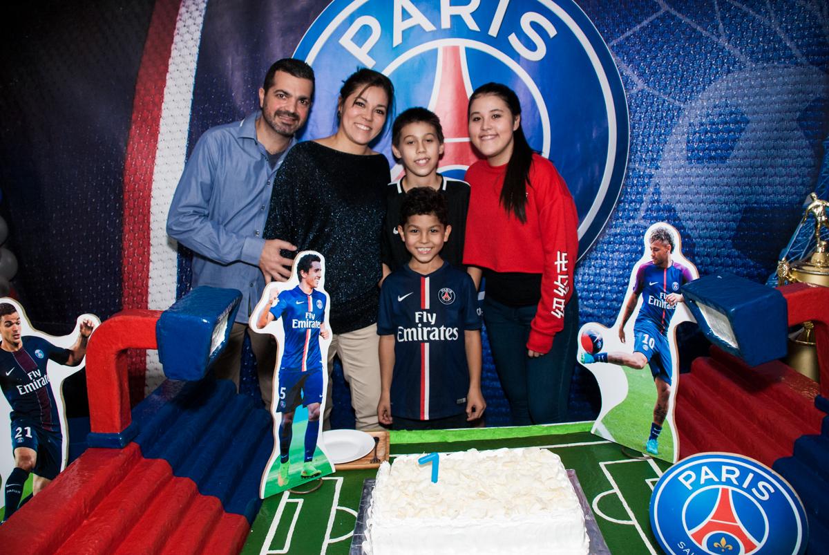 família posam para a foto na mesa do parabéns