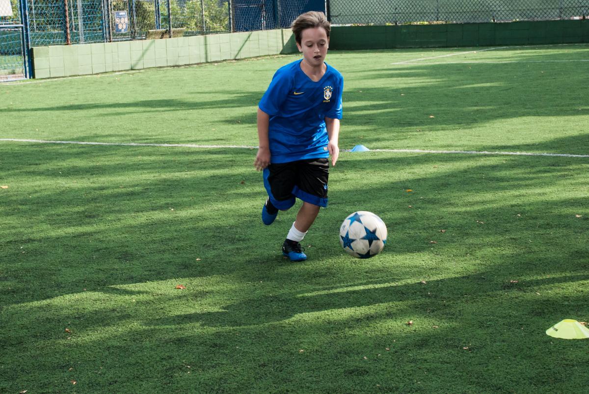 carregando a bola para fazer o gol