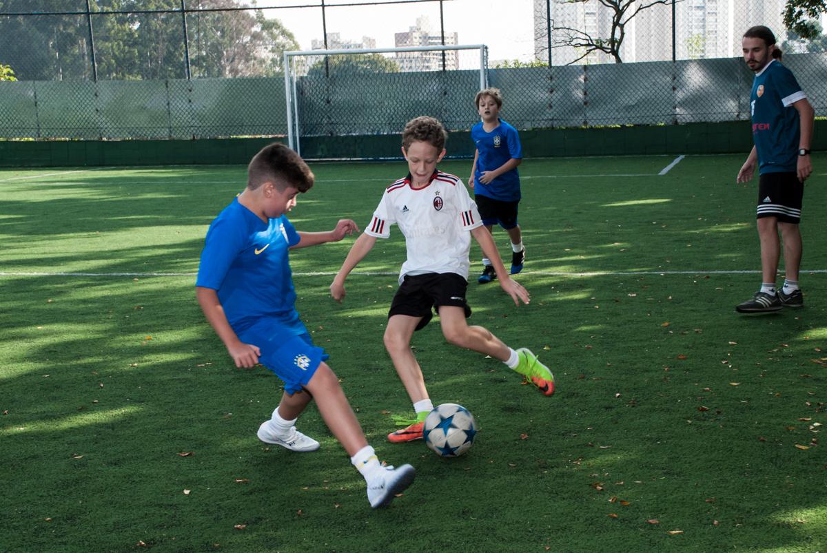 disputando a bola no jogo de futeol