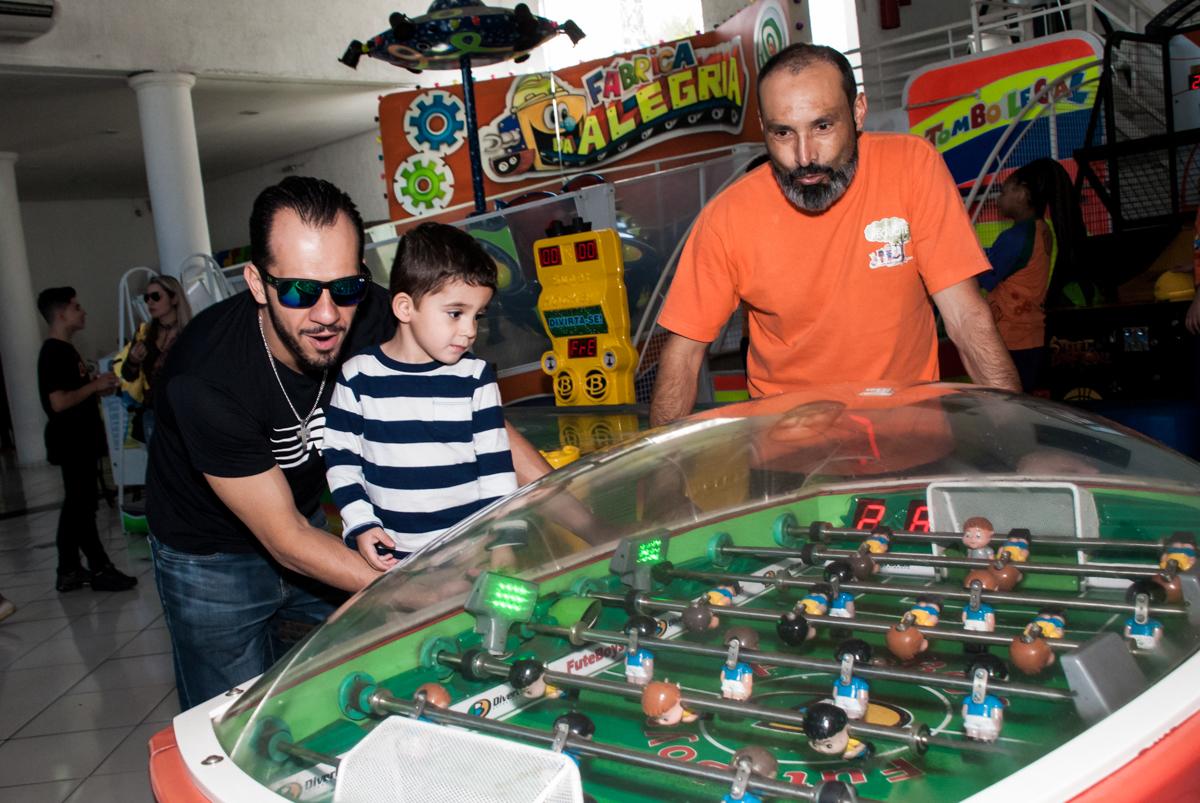 jogando com a família no futebol pebolim