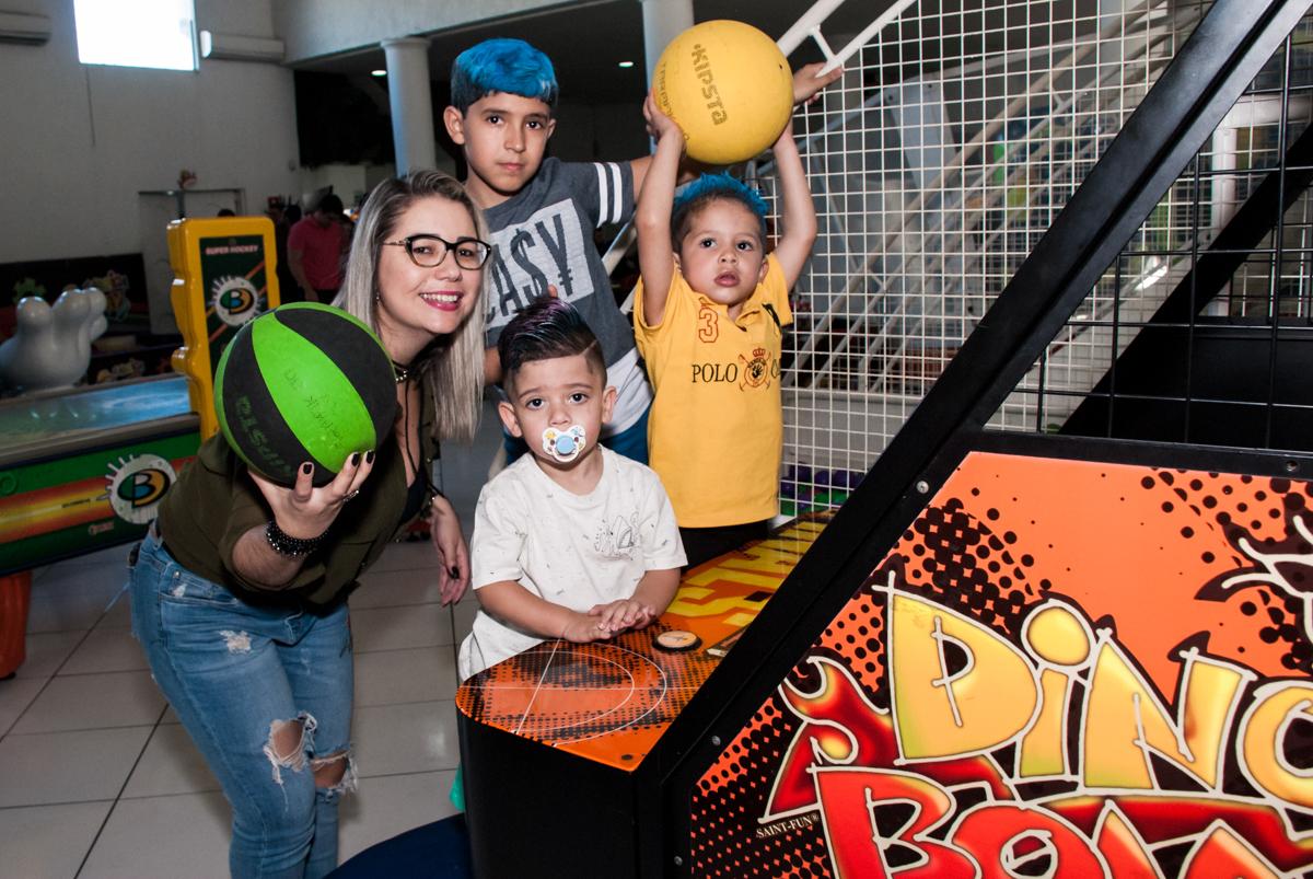 jogo de basquete bol com a família