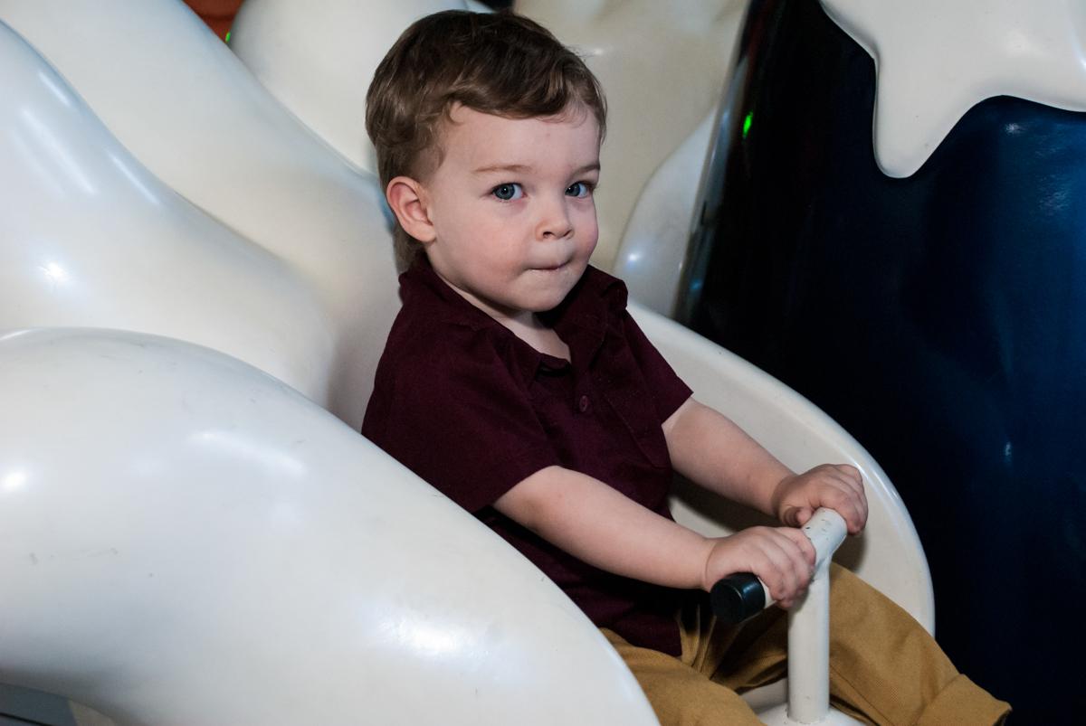 criança linda divertindo no carrossel