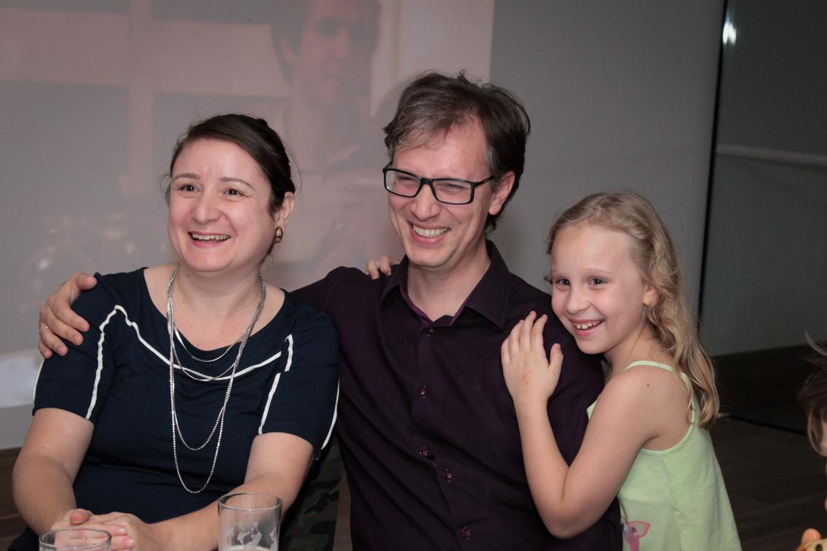 aniversariante com sua família feliz na festa