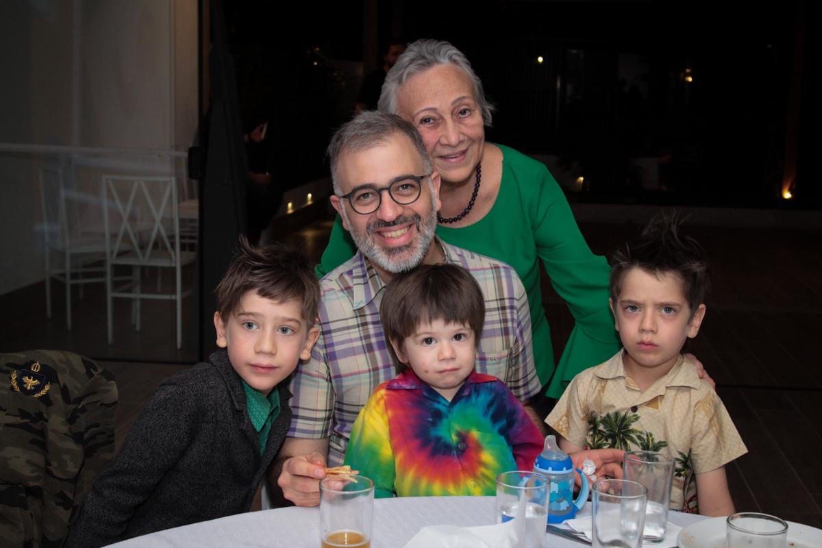 família feliz a festa de aniversário