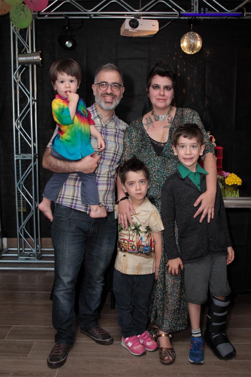 posando para a foto a família feliz