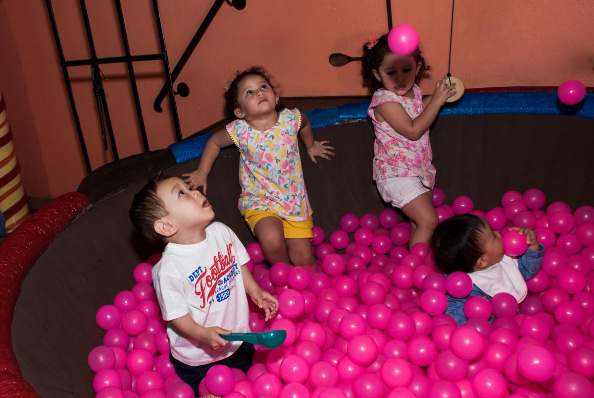 muitas crianças brincam na piscina de bolinhas