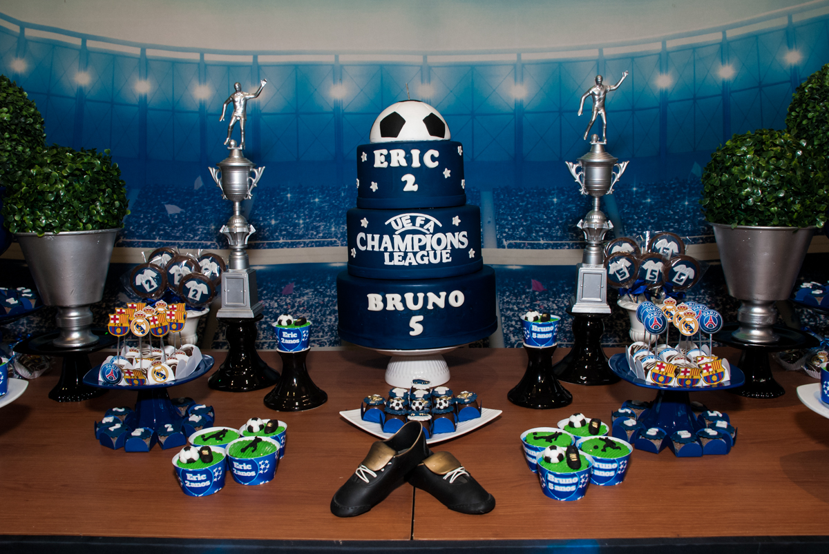 bolo decorado com o tema da festa