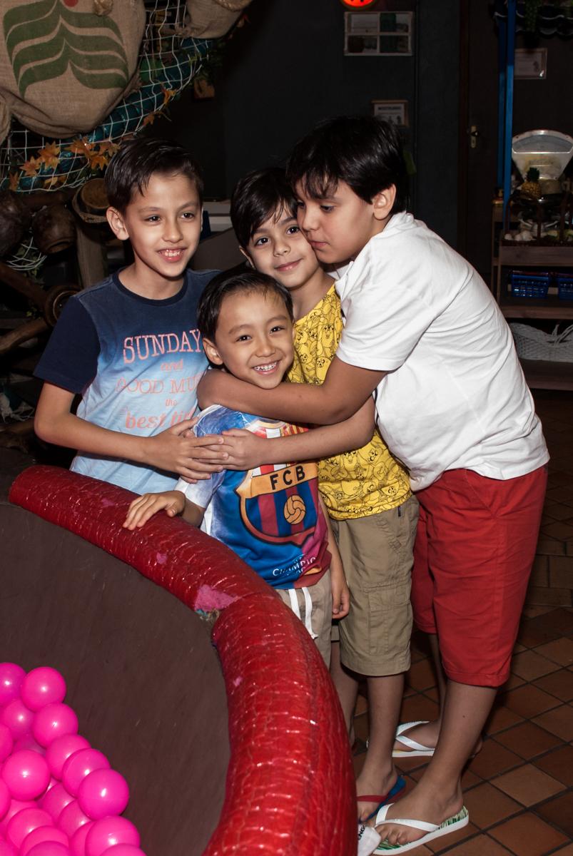 abraço dos amigos no aniversariane