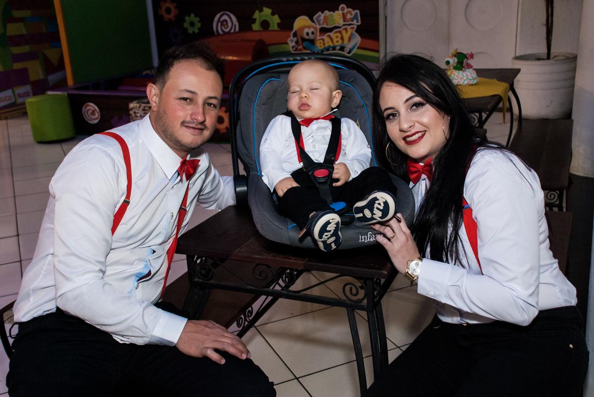 posando para a foto com seu filho nocarrinho de bebê