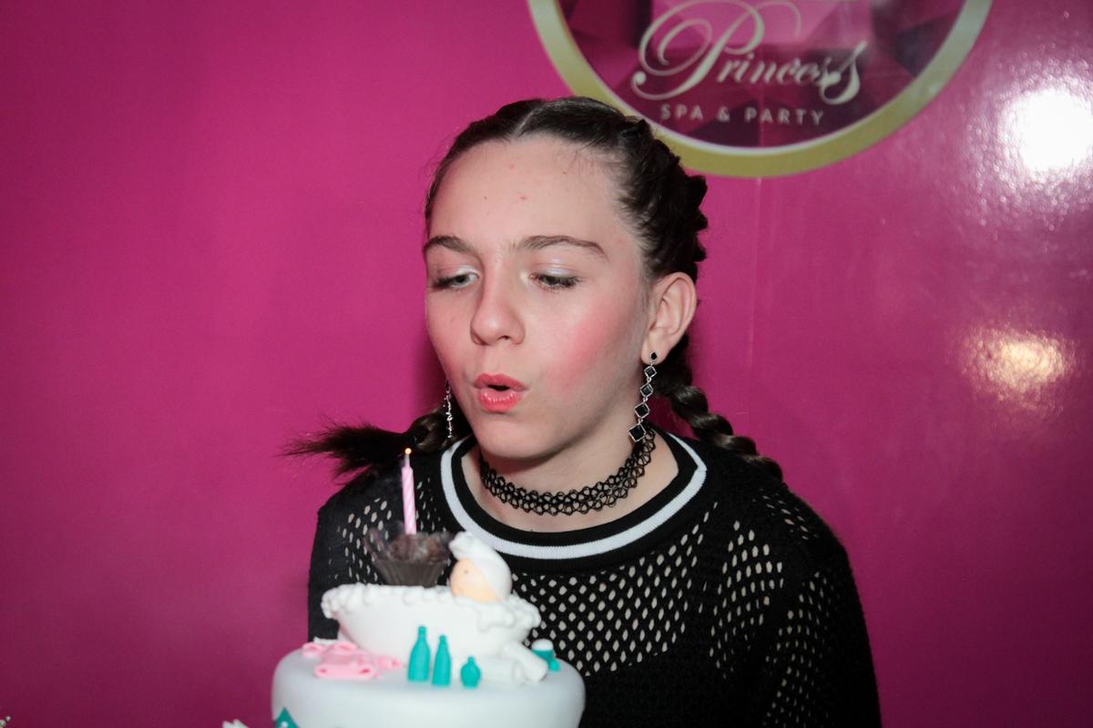 apagando a vela do bolo