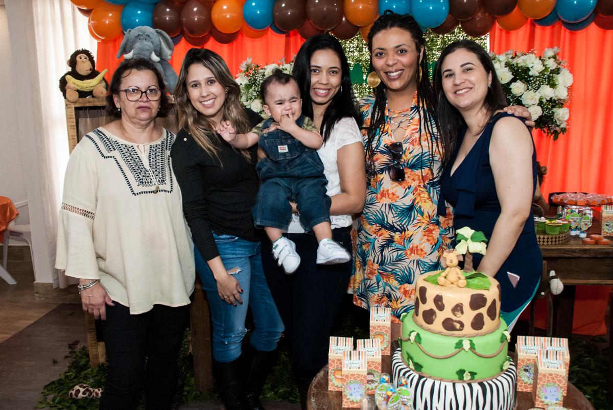 foto com a família na mesa temática