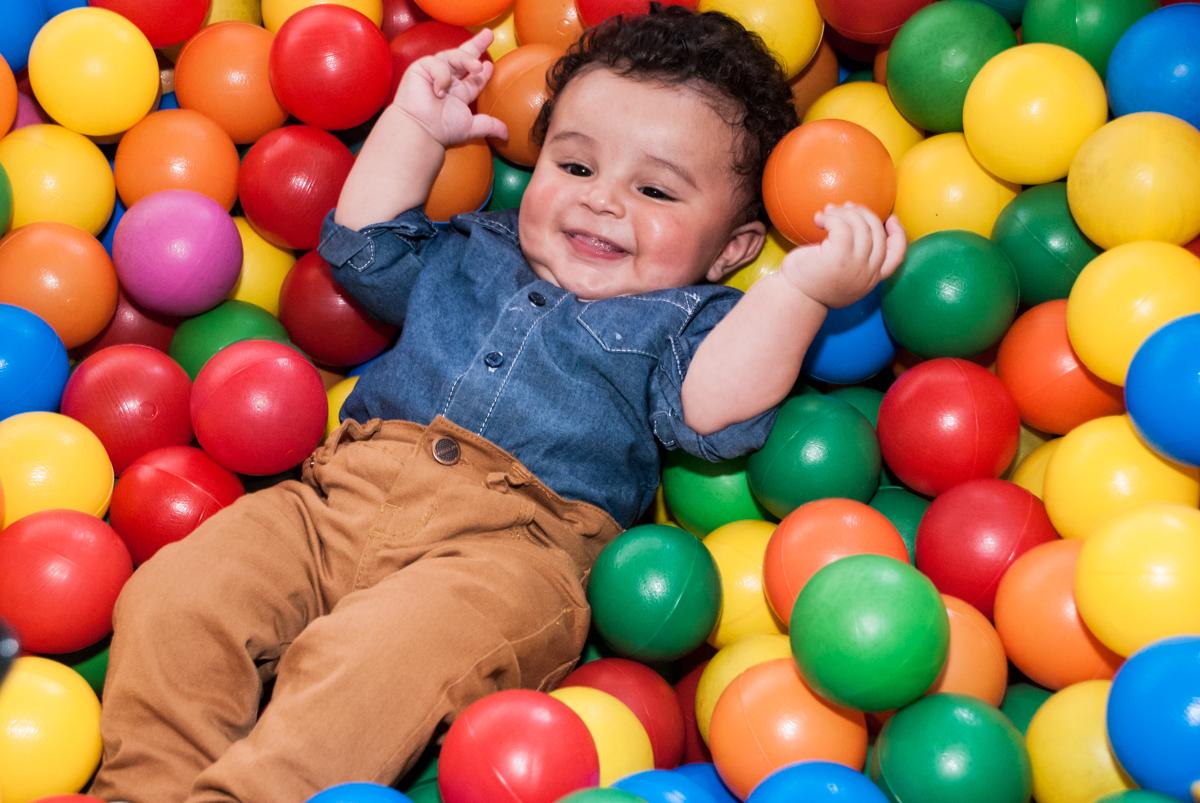 muito feliz brincando na s bolinhas coloridas