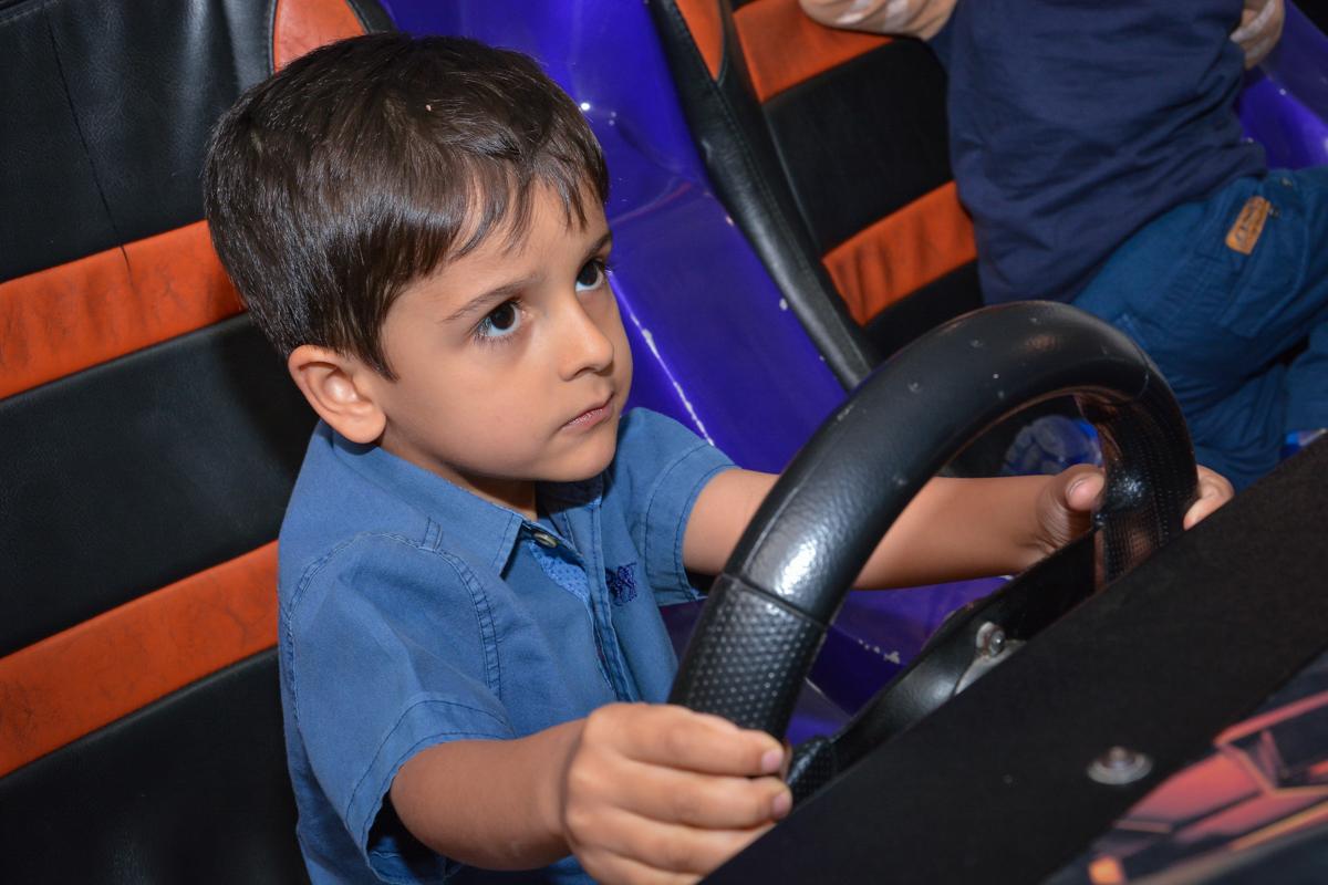 dirigindo no simulador de corridas