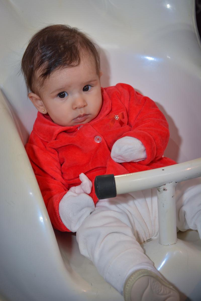 A bebê brinca no  carrossel