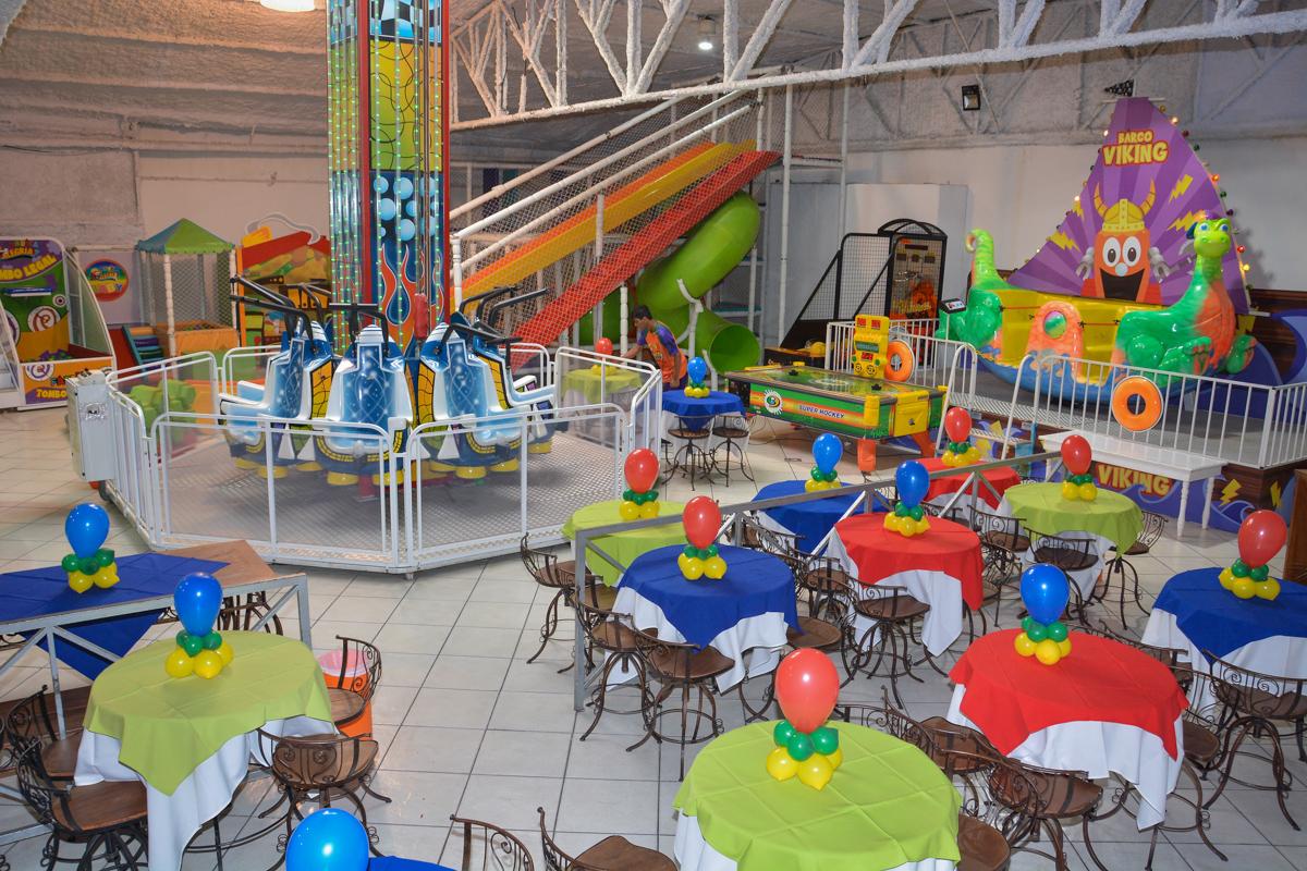 salão decorado do buffet com bexigas coloridas