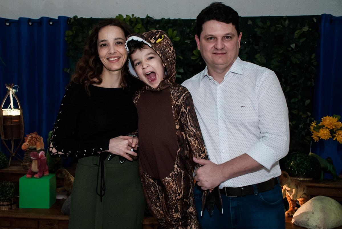 família sendo fotografada na mesa temática