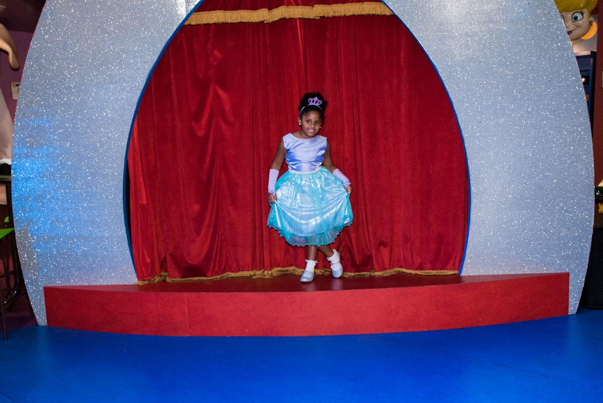 posando palco da xuxa como princesa