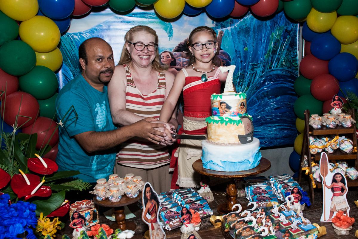 Sophia vai cortar o primeiro pedaço de bolo