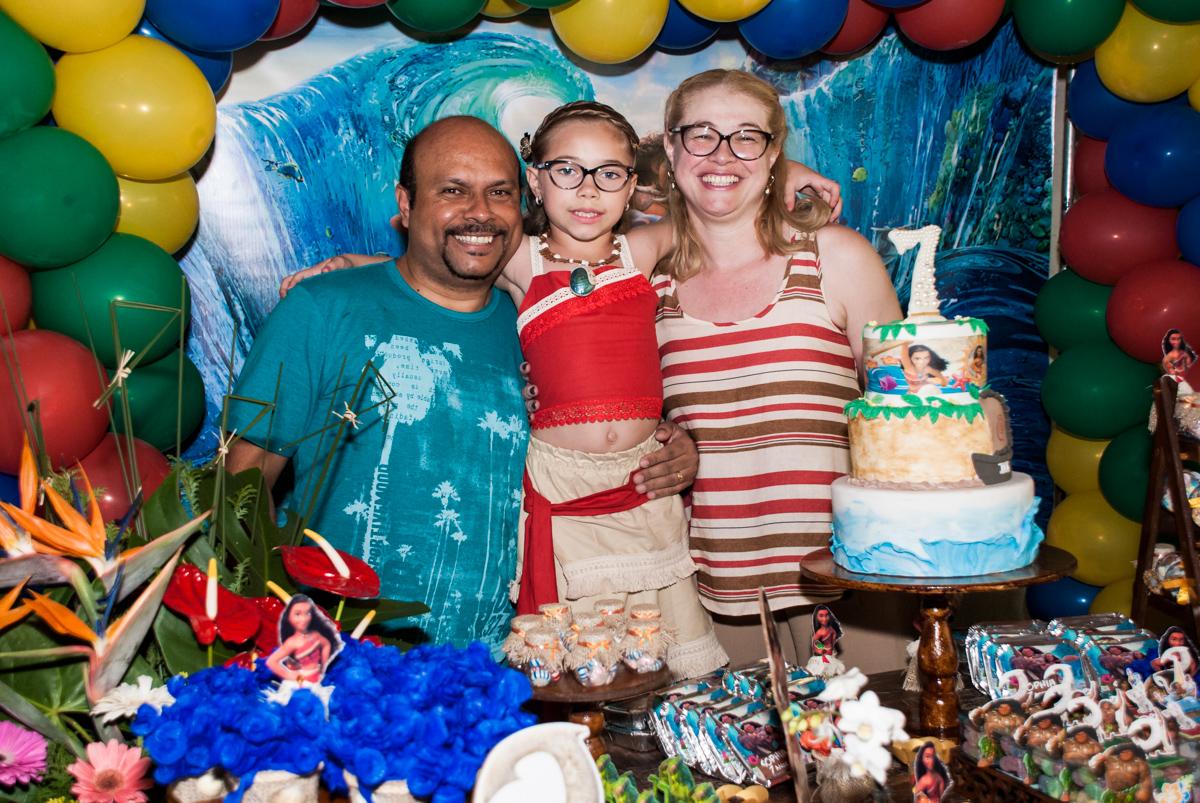 foto dos pais com a aniversariante na mesa decorada