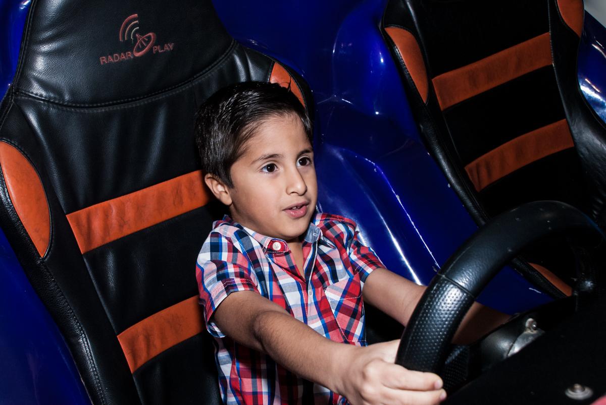 concentrado dirigindo o simulador de corridas