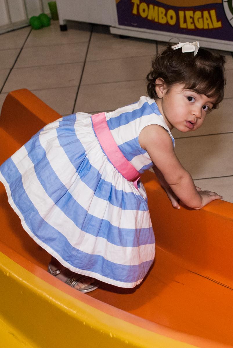 fofura de criança brinca na área baby