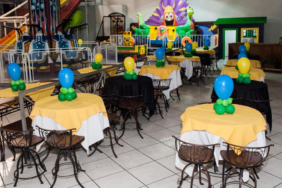 mesas do salão decorada com balões