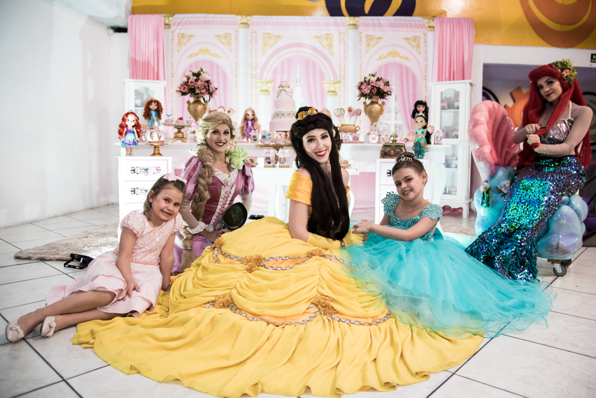 feliz em ter as princesas em sua festa