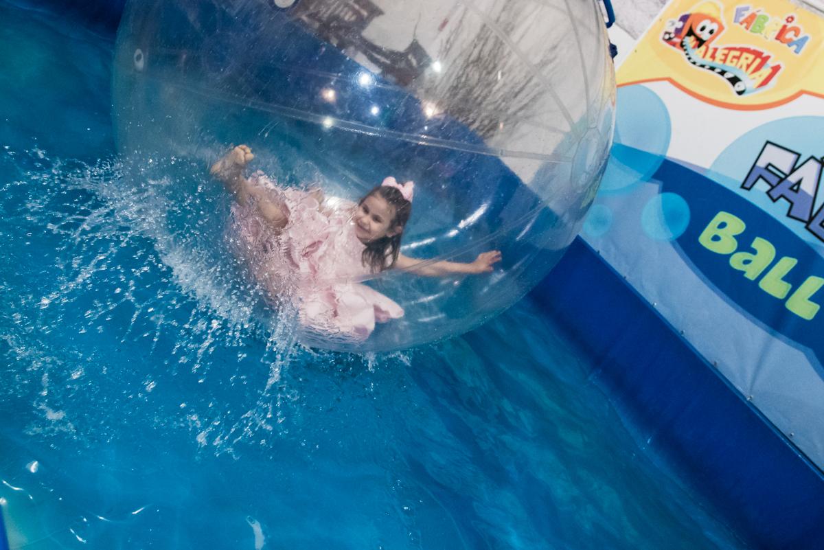 brincando na bola no aquaplay