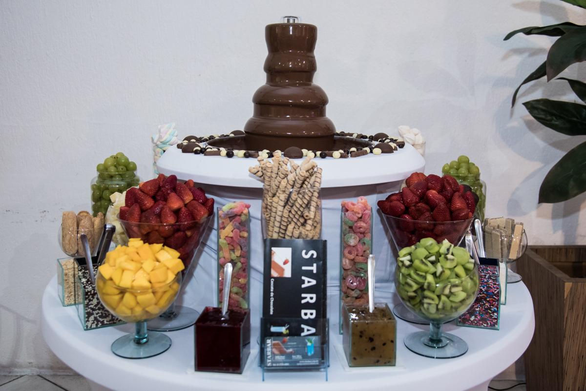 mesa de guloseimas e frutas e chocolates