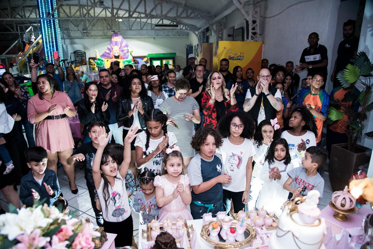As crianças cantam parabéns para Giovanna