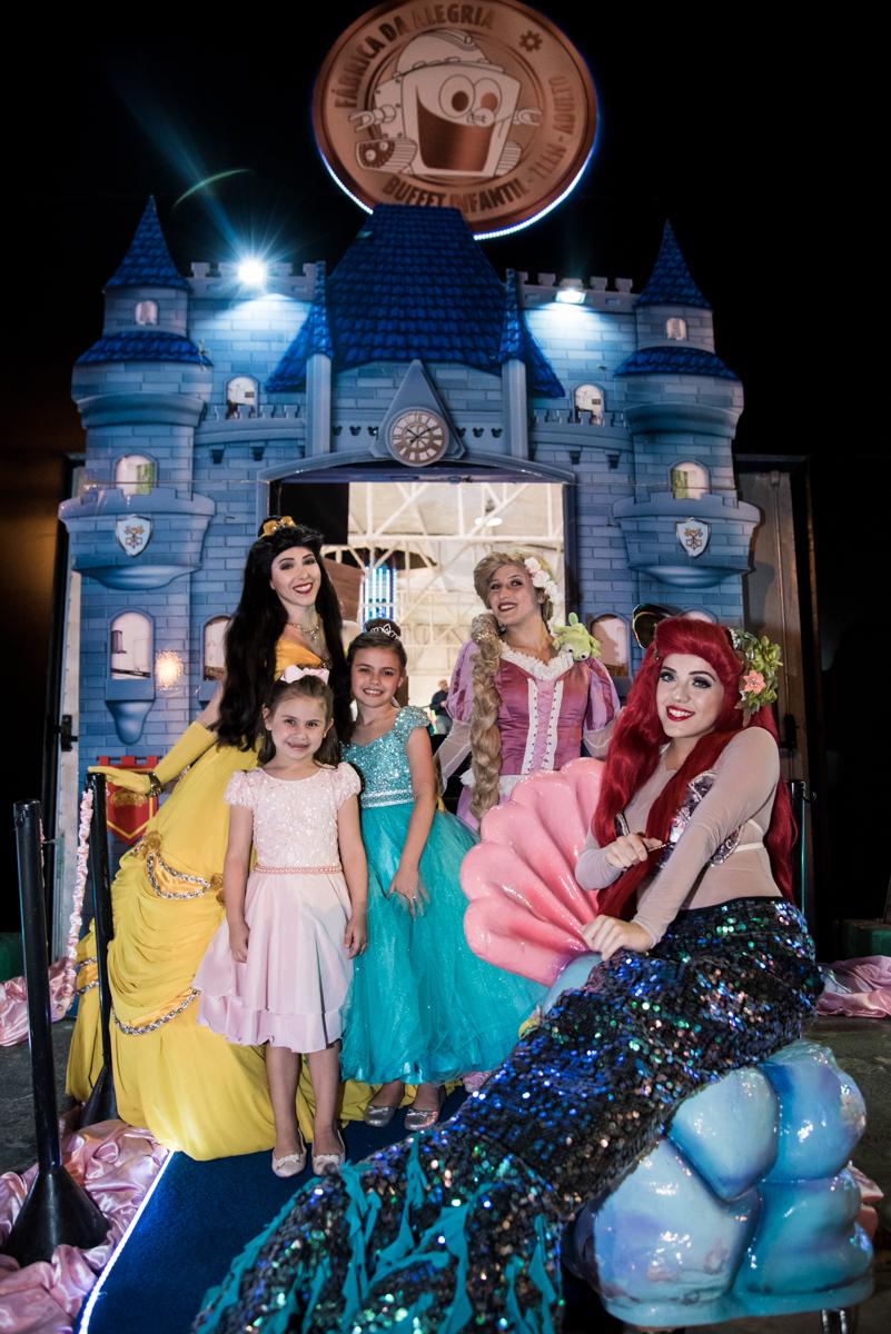 aniversariante posa com as princesas para a foto