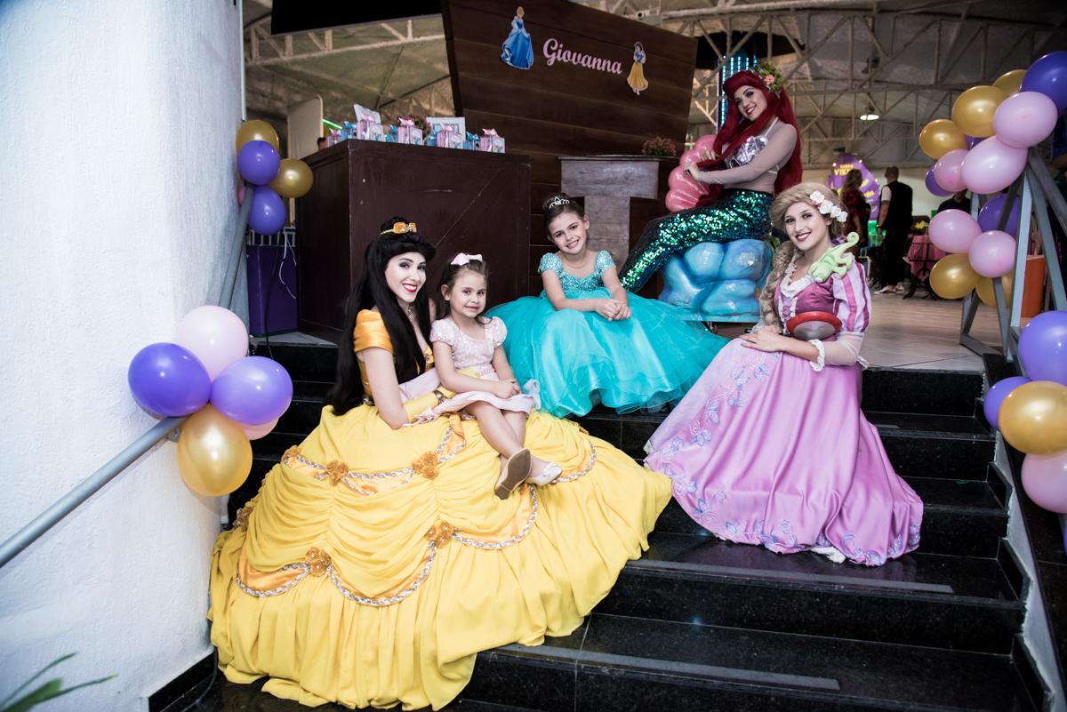 salão da festa é enfeitado com as princesas