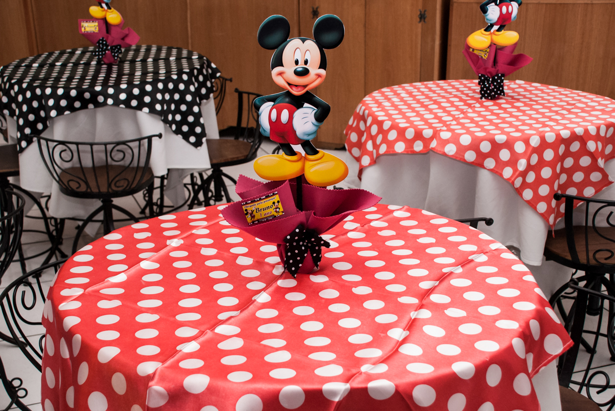 mesa decorada com o mickey