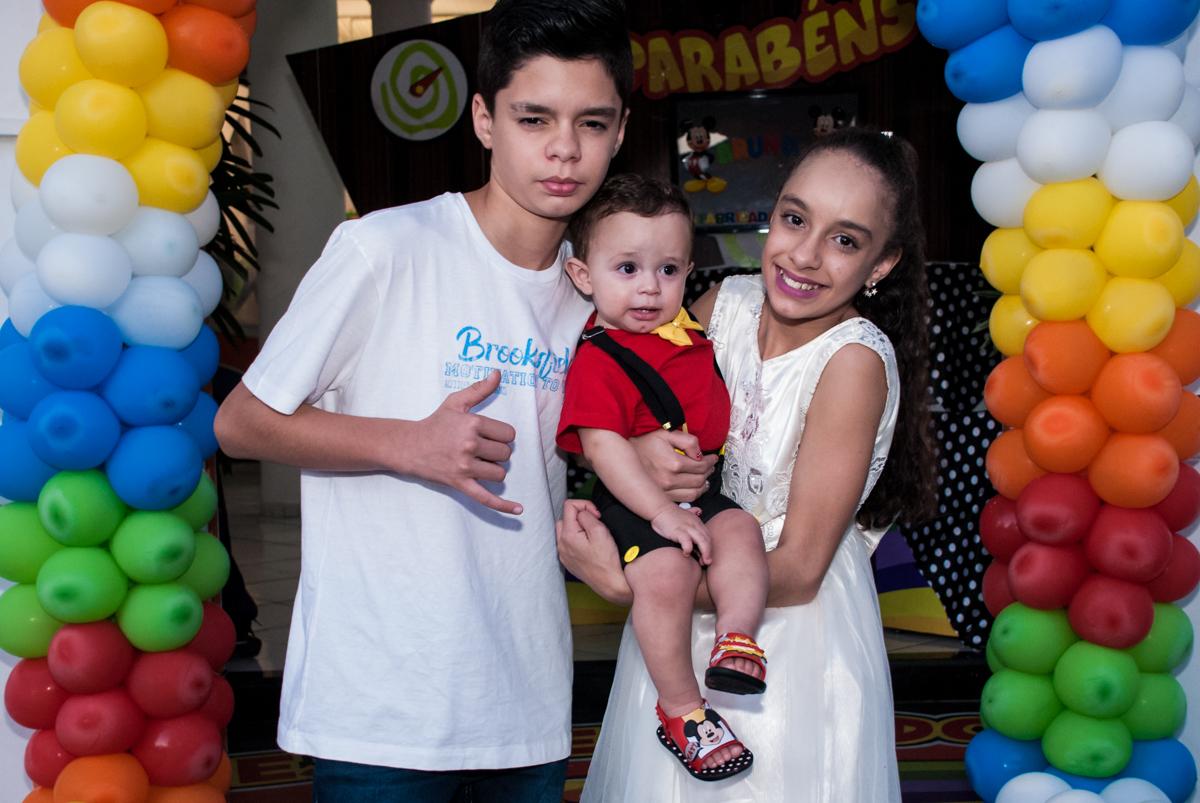 foto do aniversariante com os irmãos