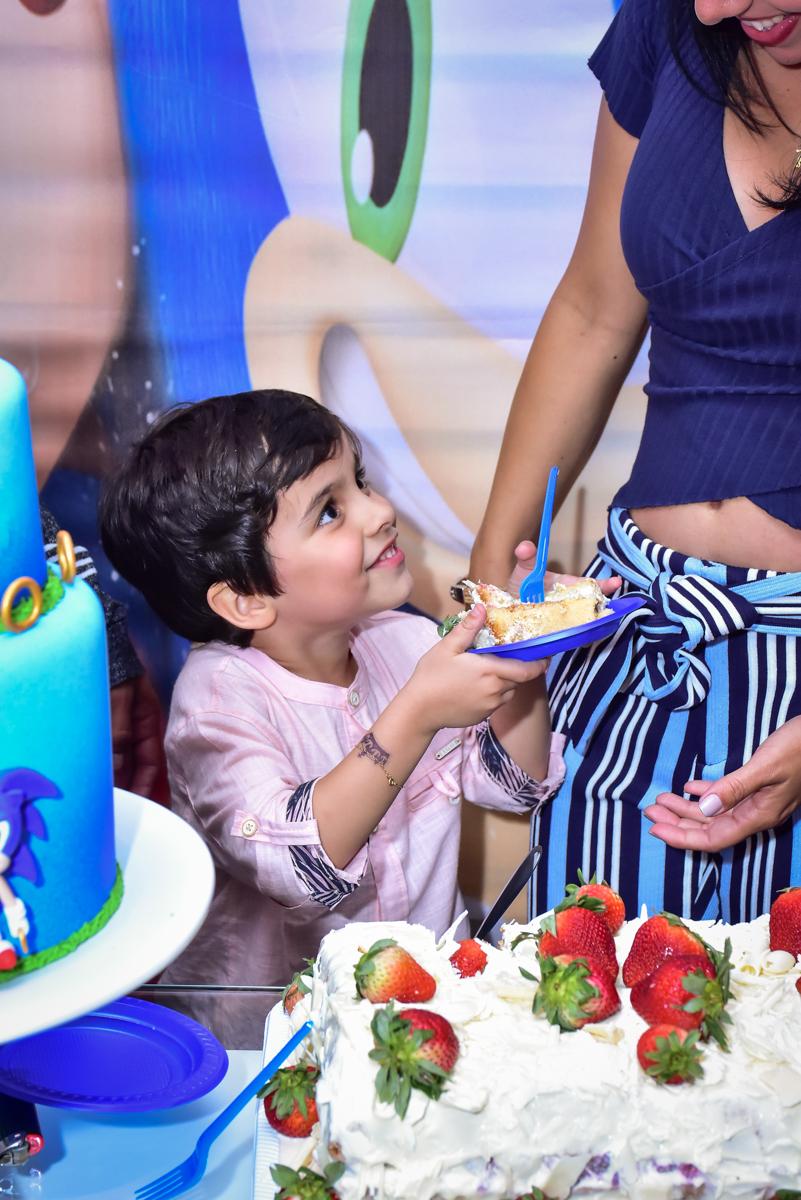 escolheu sua mãe para dar o primeiro pedaço do bolo