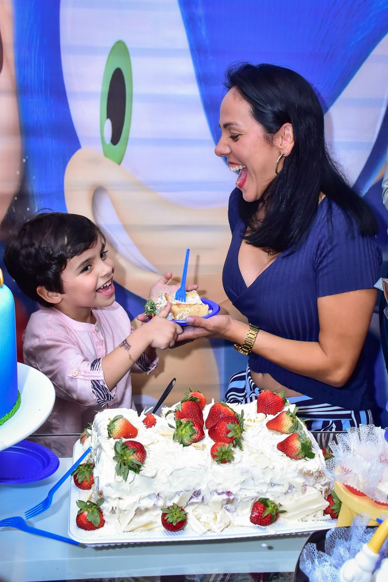 mamãe recebe o primeiro pedaço do bolo
