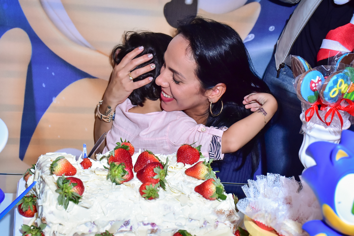 abraço da mãe com muito carinho
