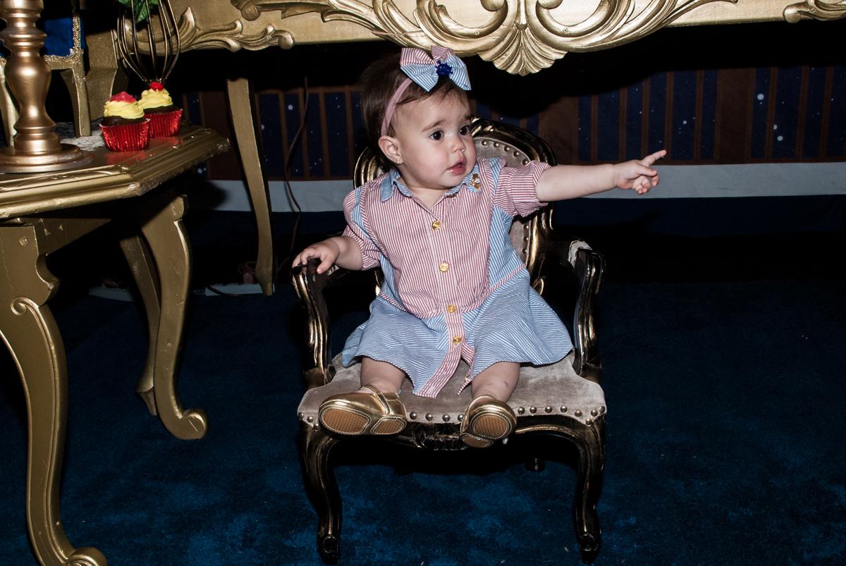 sentada na cadeira posa para a foto