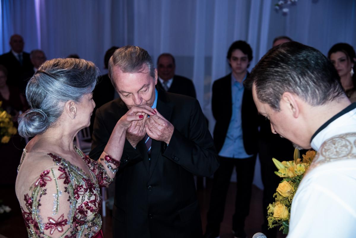 beijando a aliança na renovação do casamento