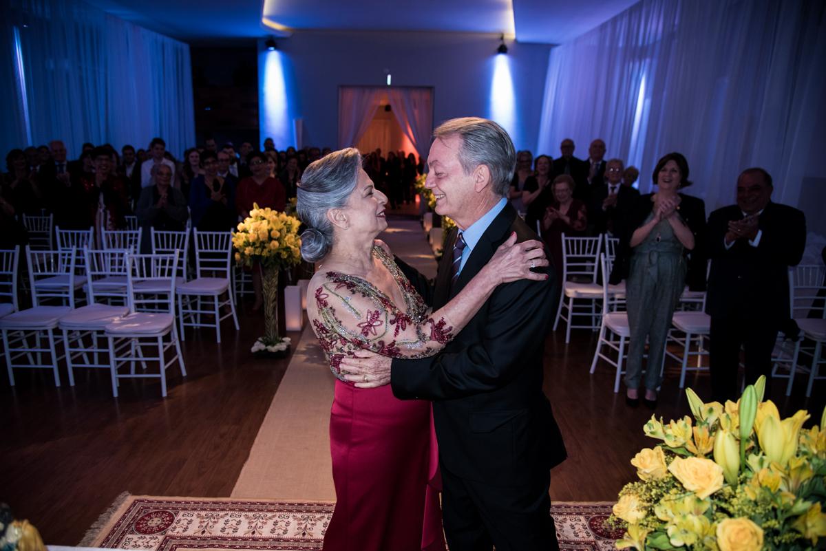 abraço carinhoso do casal