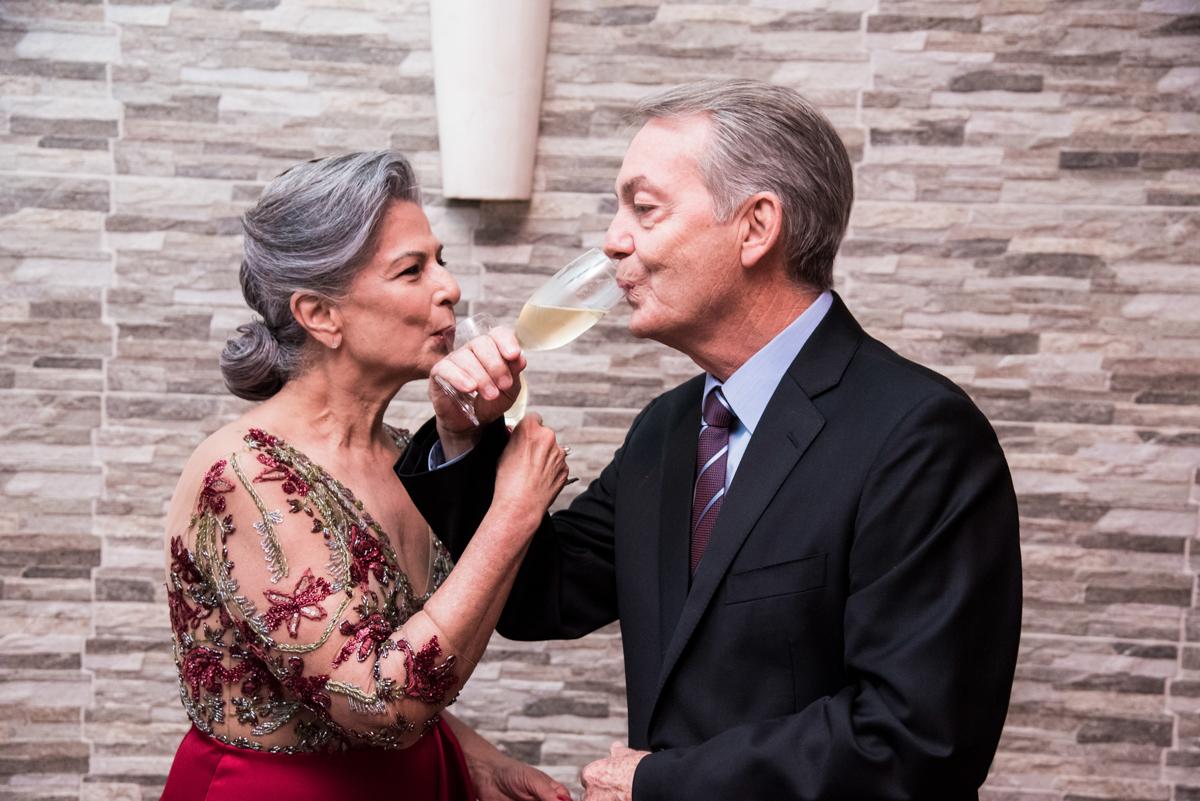 casal brinda a felicidade