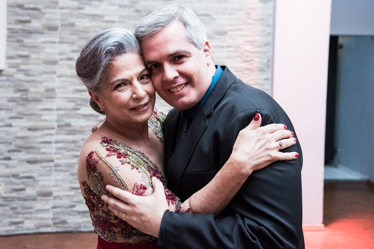 mãe e filho na hora da dança da valsa