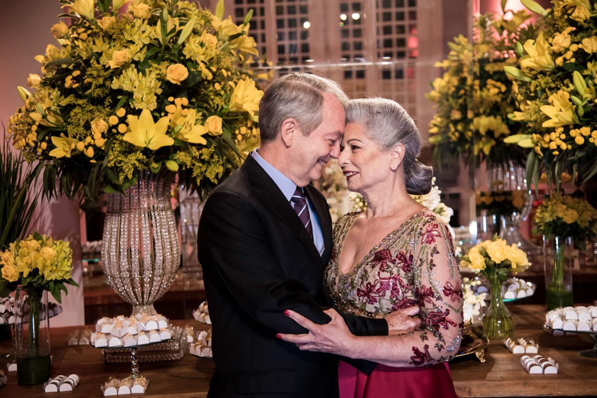 carinho do casal feliz em sua festa