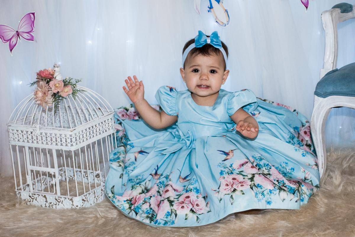 vestida de azul como uma boneca
